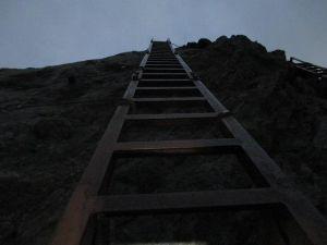 山に登ろう!! 穂先へは日の出前にトライ!  垂直の岩壁にかかる梯子はまるで空に登るようです。   http://b