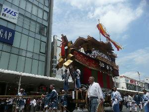 40~60代の人お友達に、なって~。 7/24 祇園祭   後祭り 河原町四条付近で見物  大船鉾 150年ぶりの新品鉾 まだ 屋根の方が