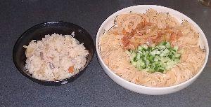 一緒に会話の虹作りませんか 今日の昼御飯  キムチと素麺 胡麻油で炒めた☺  味は普通かも😅  キュウリは細長い方が良いです 食