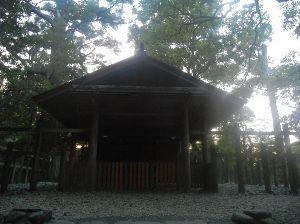 4681 - リゾートトラスト(株) 伊勢神宮の外宮にはいくつかの末社があり、その中の一つの《土宮》も紹介しておきましょう。外宮の中には小