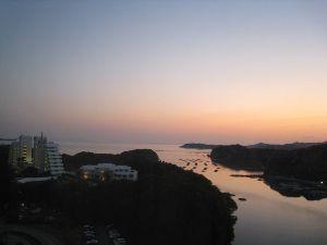 4681 - リゾートトラスト(株) エクシブ鳥羽アネックの高層階から朝焼けの窓の外(入り江と鳥羽本館)の風景を撮影した写真があったので紹