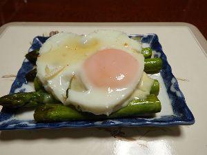 いい加減な料理といい加減な考え方 【アスパラガスと玉子のサラダ】  お酒の前菜によさげな料理です。  【材料】 アスパラガス、玉子、塩