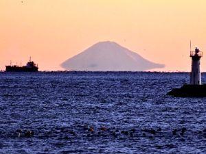 片思いのつぶやき 今の季節でしか見れない  伊勢志摩から見る  宙に浮く富士山です。  見れる条件があるようですね