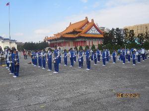 諸国放浪記 ここは、台湾国の台北にある「自由広場」です。 高校生たちが、祝賀行事のために、 ブラスバンドを先頭に