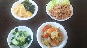 今日の晩御飯 今晩のメニュー。  ☆焼き肉 ☆野菜炒め ☆竹の子のとワカメの若竹煮 ☆胡瓜の酢の物