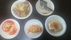 今日の晩御飯 今晩のメニュー  ★さばの焼き魚 ★肉じゃが ★奴豆腐 ★かき揚げ ★トマト