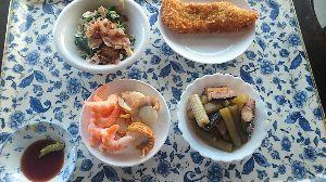 今日の晩御飯 今晩のメニュー。  真鱈のフライ。 フキと鰊のうま煮。 ほうれん草のおひたし。 貝柱・えびの刺身。