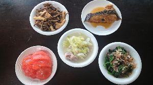 今日の晩御飯 夕べの肴  カレイの煮魚。 ぜんまいと油揚の煮物。 キャベツと豚肉のクリーム煮。 かき菜のお浸しと冷