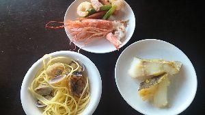 今日の晩御飯 今晩のメニュー。  海老にアスパラ・小エビ・ウインナーソテー添え。 浅利のパスター。 鱈の西京漬け。