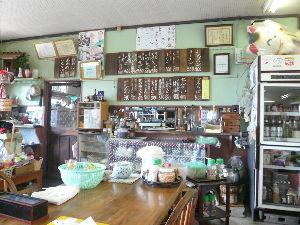 南九州平日ツーリング倶楽部 今日も、霞神社にお詣りに行きました~  参道の脇の売店デス!  冷蔵庫のビールが眩しかったデス!