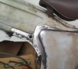 3647 - (株)ジー・スリーホールディングス 今日は昨日と逆サイドの フレーム錆びた箇所地金まで研磨して、下塗剤プラサフスプレー塗装したどいよい