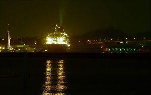 写遊人 夜の埠頭 停泊している客船がライトアップされ、 煙突からは煙も出て出港まじか、「旅情」ムードを盛り上