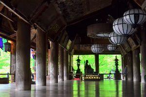 写遊人 奈良長谷寺本堂(礼堂)の床が新緑に映える。