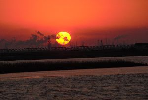写遊人 早朝、小鳥がさえずりて目が覚める。東の空を真っ赤に染め、徐々に太陽が昇り始める。
