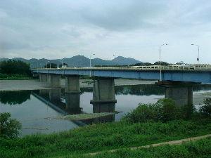 新 40代の休憩所 (旧)N村の海岸線を東へ走り、 村の中心地から数km北上すると下の写真の橋の袂に出る。  この橋を渡