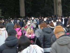 新 40代の休憩所 明治神宮へ行ったけど・・。  写真は原宿駅からすぐの 明治神宮の大鳥居前・・。 (2本の大きな柱が写