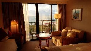 ^AEX - オランダ AEX 今日泊まるホテルの部屋だ。 オーシャンビューで夕日が綺麗だ
