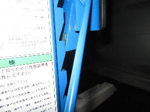 車検・雑記 先日、3.7トンまで2柱リフト購入しました。  これが「正しい方法」だそうです。油圧で保持して置く、