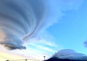 来週のレンジ予想 【富士山吊るし雲笠雲】 7月27日(月)朝は、富士山の山頂には「笠雲」が、さらに北東に少し離れたとこ