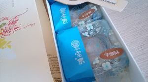 ♪美味しい話♪ 先日いただいた 台湾?のお土産  芋頭酥♥  タロイモのお饅頭らしいのですが 周りの皮