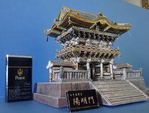 ペーパークラフト 二月に始めて五ヶ月、「ある寺社仏閣」が完成。 実物も改修を終えた日光東照宮陽明門。 以前より根気が続