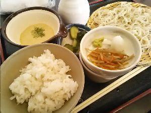 バイクのツーリング先で美味しいB級グルメ 秩父市山田の「二八そばひらい」です。 蕎麦とむぎとろご飯セットを注文しました。  蕎麦をひと口食べた