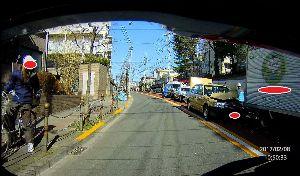 ドライブレコーダー ひやり体験 (静止画版) 事故現場に遭遇。  宅配トラックにタクシーが衝突。 ボンネットが半分、めくれあがってる。  救急車も