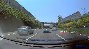 ドライブレコーダー ひやり体験 (静止画版) きょう撮りたてのホヤホヤ。   東名の下り線。バンパーの落し物。 どうやって落とすのか、謎?  高速