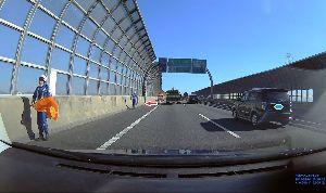 ドライブレコーダー ひやり体験 (静止画版) 高速道路の落下物回収、ごくろうさまです。 この日は、ハンドルに少し抵抗が出るくらい風が強かった。 小