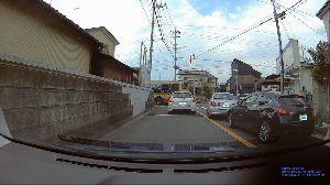 ドライブレコーダー ひやり体験 (静止画版) この先の突き当たりはT字路。  渋滞でなかなか進まず、このバスも止まったまま。 後ろから2台が反対車