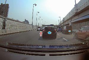 ドライブレコーダー ひやり体験 (静止画版) 首都高速の料金所で接触事故。  料金所の前からの渋滞で、 1台でも先に行こうとして、左のゲートに向か