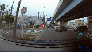 ドライブレコーダー ひやり体験 (静止画版) プチねた  この右側は一方通行の出口で右折禁止だから、 この車の先は縁石でふさがっている。 さてどう