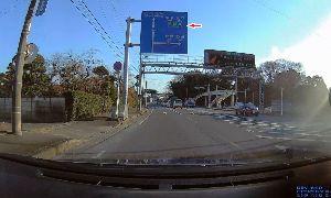 ドライブレコーダー ひやり体験 (静止画版) ミニネタです。  ここは初めて通った道。 常磐道インターの案内ですが、 これだと、もう少し直進した先