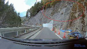 ドライブレコーダー ひやり体験 (静止画版) 奥多摩の山道で崖の工事。 落石防止のため、ロープを垂らして多くの作業員が工事中。  たまたまこの日と