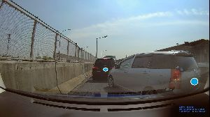 ドライブレコーダー ひやり体験 (静止画版) 高速出口の誘導路で渋滞して、本線まで延びてる状態。 そこへ割り込んできた車が、本線の半分をふさいでる