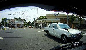 ドライブレコーダー ひやり体験 (静止画版) リアのドラレコから。   右折しようとしたら、その先が渋滞でつかえてた。  無理に入れば、対向の直進