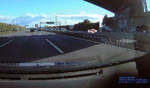ドライブレコーダー ひやり体験 (静止画版) 今日の東北道の上り帰り道。 下り車線で乗用車が反対向きになる、合計7台がからむ事故。 2車線がふさが