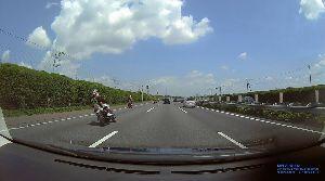 ドライブレコーダー ひやり体験 (静止画版) 高速道の暴走族。 二人乗りで車体を45度に傾けながら、ジグザク運転してる。 スリップしたら危ないので