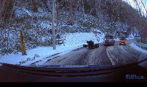 ドライブレコーダー ひやり体験 (静止画版) 日光の金精峠は、晴れてたけど雪が積もってた。 凍ってなかったので、最徐行で何とか通り抜けた。 でもバ