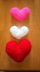編みものが好き ハート三つ💝  マグネットなんだけど おおきいハートがフッつかないの? 大きい過ぎたかな😅