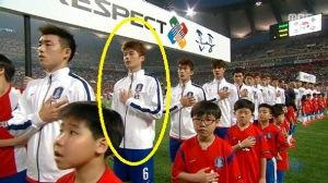 韓スポ 俳優ハン・ヘジンの夫である、サッカー国家代表キ・ソンヨン(25,スウォンジーシティ)選手が左手で国旗