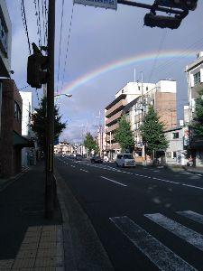 関西で撮影しましょう JR嵯峨野線花園駅前にて、 こんなに大きくて色がハッキリ見えた虹は久しぶり。 しかも、写真では確認で