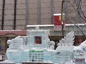 ∴☆∵なっちまった60代∴☆∵ おまけ  すすきの会場の氷の彫刻です 飲屋と、歓楽街のすすきのは氷祭りで 賑わってます