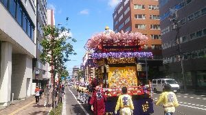 ∴☆∵なっちまった60代∴☆∵ やっと札幌も初夏らしくなりたした、 写真は札幌の夏の始まりをつげる北海道神宮祭の巡行です、大通りから