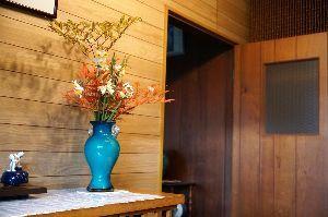 ★★★ 写真しま専科 ★★★ お正月に久し振りに写真を撮りました。 玄関に置かれた、母が生けた花の写真です。 ホワイトバランスに失