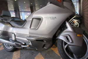 凡人の妄想トレーディング 都内某所にあるショッピングセンターのような?場所に行ったとき・・・・・ 駐車場で見つけた周りのバイク