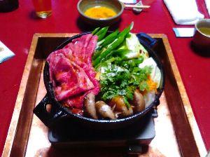 暇つぶしに お茶でも~ すき焼き食べに行ってきたよ  お肉を焼く関西風だから割り下を  使うものとはかなりの違いがある  衝