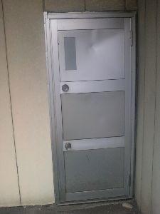 自由気ままにしゃべくるところ 1つのドアにドアノブが2つある宇都宮市の店 今現在は閉店していて自販機だけ置いてあります 開けにくそ