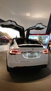 裏見カイオム ~ 必殺仕事人アホウ浪士のたまり場 ~ 電気自動車のテスラ見てきました。 今まで電気自動車はまだ先かなと 思っていましたが、見たら欲しくなる