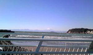 雑談相手希望(^^) 2枚一度に載せるのは無理なのかな? 遠い景色ですけど、一応、江の島越しの富士山です